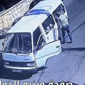 سائق باص مخصص لنقل الاطفال.. نزل وسط الطريق وبدأ بضربهم!