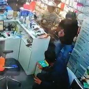 بالفيديو: سطو مسلح على صيدلية في منطقة الدورة