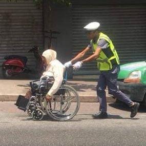بالصورة: رمز للإنسانية.. ابن المؤسسة العسكرية