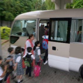 طفل يسقط من فان لنقل الطلاب