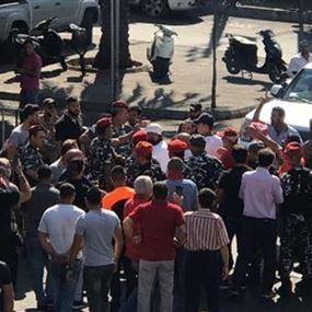 إشكال في النبطية بعد مرور سيارة رفع من بداخلها السلاح على المتظاهرين