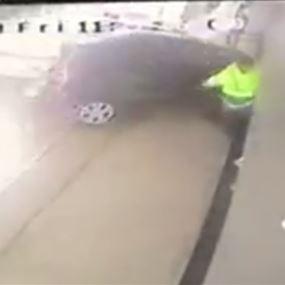 بالفيديو: سيارة تقتحم محلات هوا تشيكن في انطلياس!