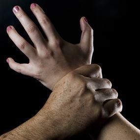 حاول إغتصاب جارته في كليمنصو امام طفلها!