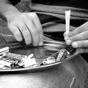 في المنصورية.. طالب وصديقته يتعاطيان المخدرات بمشاركة الوالدة!