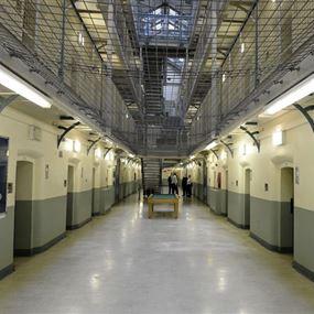 أفرجوا بالخطأ عن 80 سجينا!