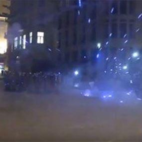 لحظة اطلاق مفرقعات نارية باتجاه مكافحة الشغب (فيديو)