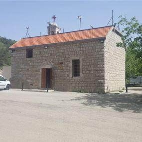 استفاق أهالي البلدة ليجدوا الكنيسة مسروقة وأبوابها مخلعة