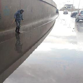 بالفيديو: درّاج من قوى الأمن يفتح أقنية المياه عند أنفاق المطار