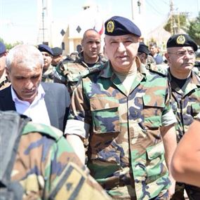 بالصور: قائد الجيش زار بلدية القاع