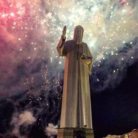 بالفيديو: لحظة رفع تمثال القديس شربل في فاريا
