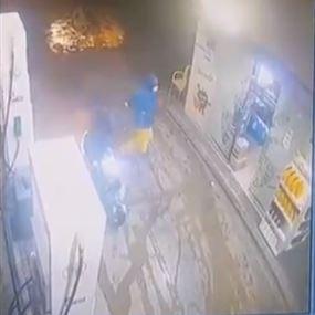 بالفيديو: قتيل وجريح في عملية سطو على محطة محروقات فجراً