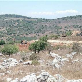قوة اسرائيلية تخطت السياج التقني.. والجرافات شرعت باعمال الحفر