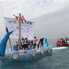 بالصور: قارب من القناني البلاستيكية.. بين جبيل ومرفأ بيروت