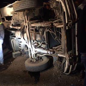 قتيل نتيجة حادث انقلاب شاحنة في الضنية