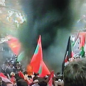المتظاهرون في ساحة عوكر يرشقون القوى الامنية ويشعلون النيران