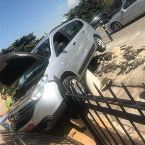 بالصور.. سيارة تجتاح السور في مار شربل عنايا