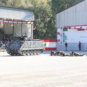 تقديم رتباء وجنود متمرنين إلى العلم في الوروار