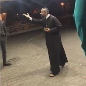 ما فرقانة معنا بدلتك ولا كهنوتك.. ماذا حصل مع الأب مجدي علاوي؟