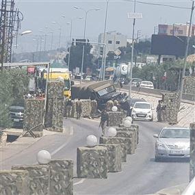بالصور: شاحنة عسكرية تجتاح حاجز المدفون