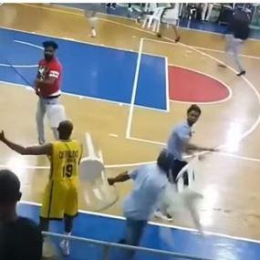 بالفيديو: معركة بالكراسي في مباراة كرة السلة