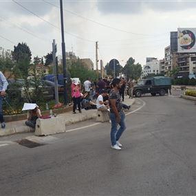 محتجون يتجمّعون أمام ثكنة صربا للمطالبة بالإفراج عن أبنائهم