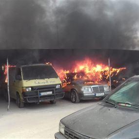 حريق كبير في موقف للسيارات داخل مخيم عين الحلوة