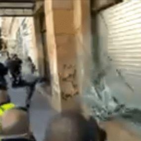 بالفيديو: محتجون يحطمون واجهة جمعية المصارف وسط بيروت