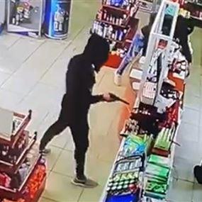 بالفيديو والصور: سطو مسلح على صيدلية تخلله إطلاق نار