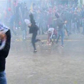بالصورة: تكسير وركل زينة الميلاد في ساحة عوكر!