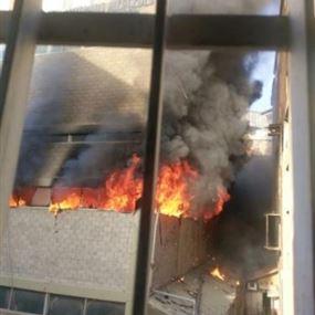 بالصور والفيديو: حريق في مستودع للأخشاب بأدونيس