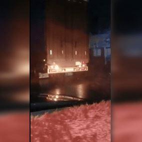 شاحنات تنقل مواد غذائية من لبنان إلى سوريا (فيديو)