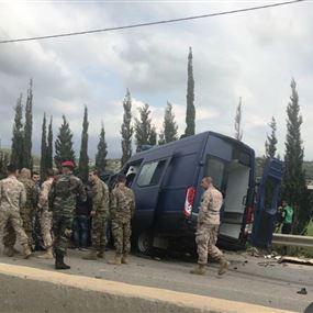 جرحى لقوى الامن في حادث على اوتوستراد شكا