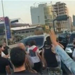 محتجون منعوا مسؤولا من المرور على اوتوستراد جل الديب