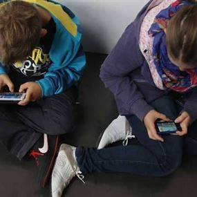 إذا كنت تسمح لطفلك باستخدام الهاتف الذكي.. توقف حالا!