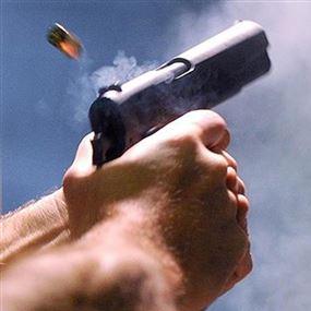 اصطدمت سيارته بالرصيف فأطلق النار وفرّ!