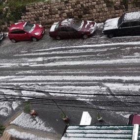 بالصور: حبّات البرد تساقطت بكثافة فوق هذه البلدات
