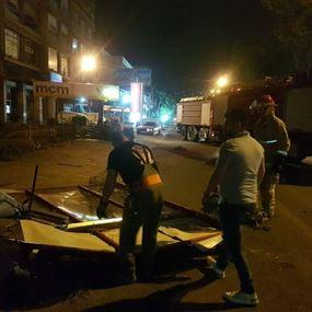 سقوط اشجار ولوحات اعلانية على اوتوستراد الدورة
