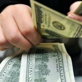بائعٌ يقع ضحية الدولارات المزوّرة بسبب تطبيق على الهاتف!