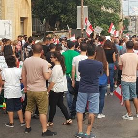 سكان انطلياس- جل الديب يقطعون الطريق قرب كنسية مار عبدا