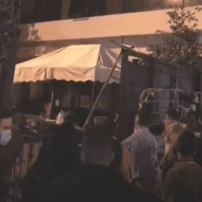 بالفيديو: محتجون أمام منزل وزيرة الدفاع احتجاجاً على اعتقال ناشط
