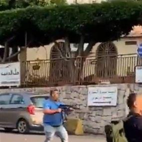 في جل الديب.. ترجل من سيارته وأطلق النار وسط المتظاهرين
