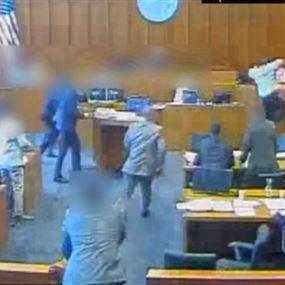 بالفيديو: لقطات تحبس الأنفاس لمتهم حاول قتل الشاهد في قاعة المحكمة!