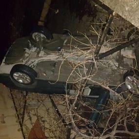 بالصور: انحرفت سيارته.. فسقطت في شرفة احد المنازل