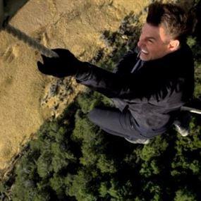 توم كروز يؤدّي مشهد المروحية الخطير في Mission Impossible!