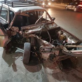 بالصور: جريح اثر اصطدام سيارته بحافة الطريق في كفرحباب