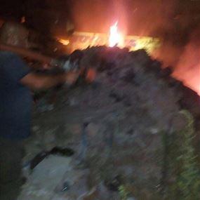 بالصور: حريق داخل بؤرة لقطع السيارات في المساكن الشعبية