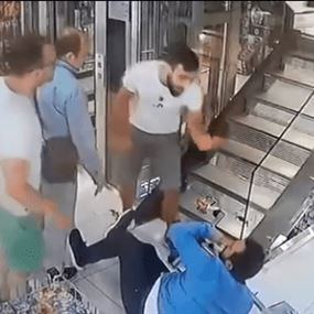 بالفيديو: إعتداء على أحد الموظفين في صيدلية مازن