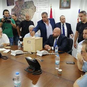 بالفيديو: إشكال بين أعضاء بلدية طرابلس بعد سحب الثقة من الرئيس