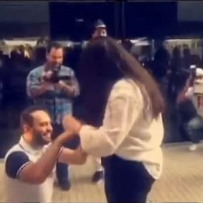 بالفيديو: إعلامي لبناني يطلب يد حبيبته في مطار بيروت