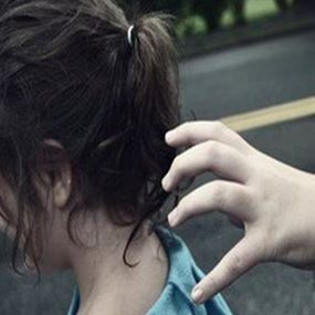 يغتصب ويصوّر الفتيات القاصرات بعد استدراجهن الى منزله